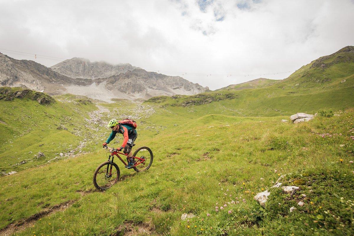 Die Abfahrt ins Urdental hinein startet über einen feinen alpinen Singletrail