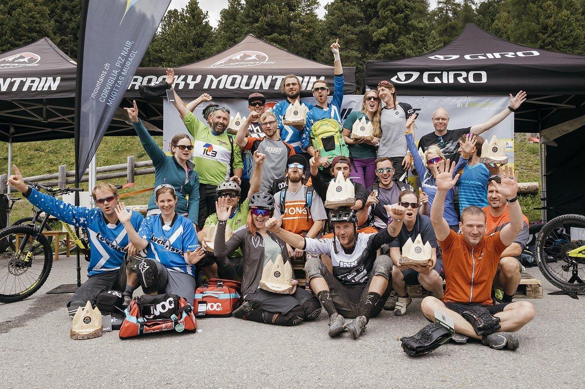 Gruppenfoto aller Siegerinnen und Sieger in den verschiedenen Kategorien - als Gewinner darf sich jeder Teilnehmer und jede Teilnehmerin an den Trail Games zählen
