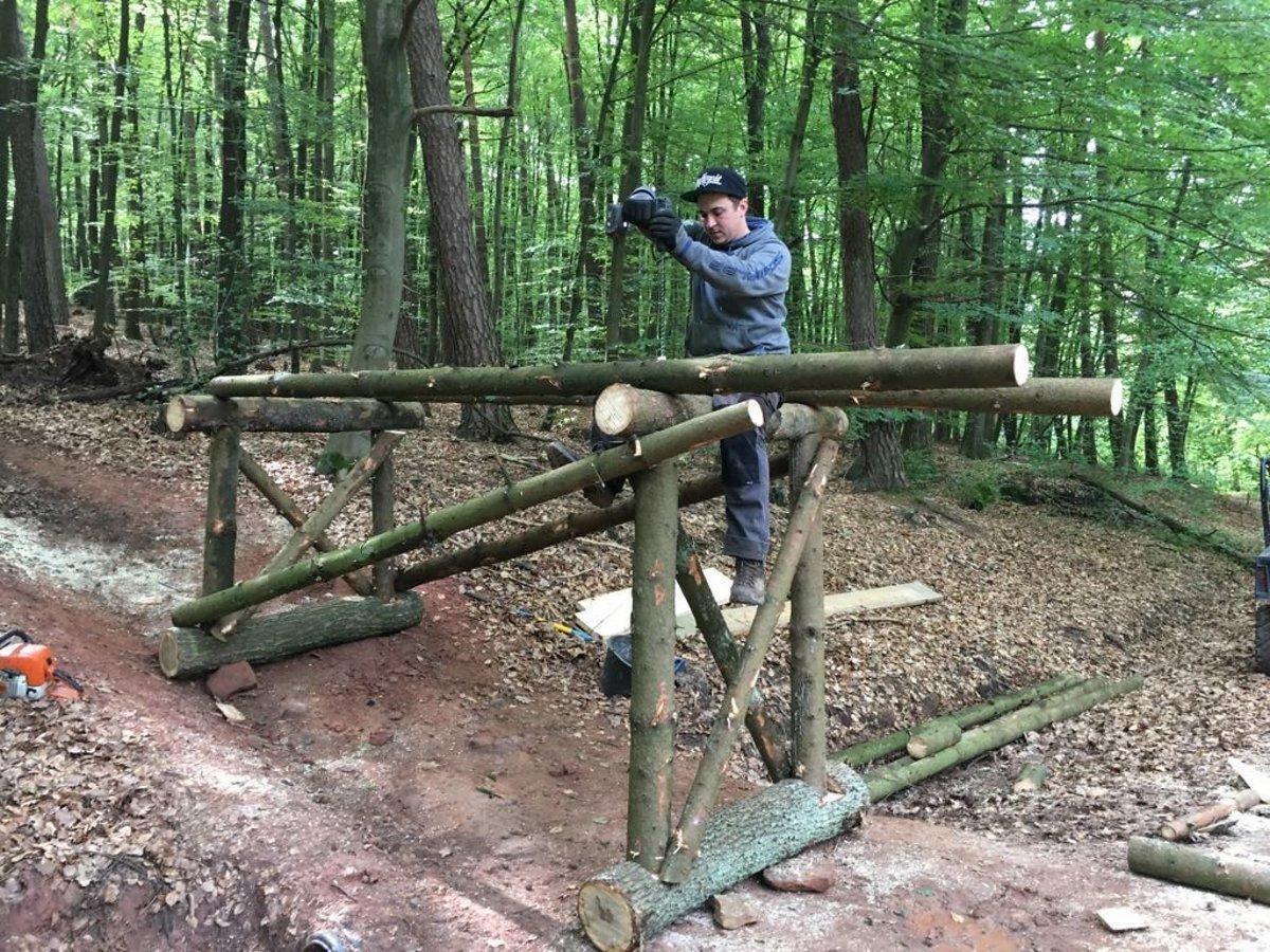 """Tom beim Bauen des Holz-Roadgaps auf der """"Jumpline""""."""