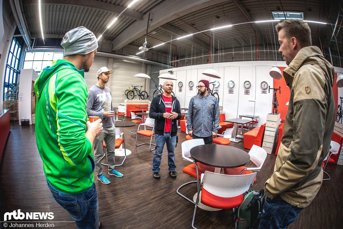 Los ging's pünktlich um 9 Uhr - Carsten und Henning von SRAM erklären den drei Gewinnern Günther, Markus und Manuel das Prozedere.
