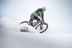 Anita Gehrig lässt es im Schnee fliegen