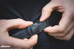 Per Ratschenverschluss lässt sich die Passform der Fox Attack Pro Shorts einhändig anpassen.