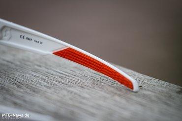 Die Bügel sind zum Ende hin mit einer dünnen Gummierung versehen, die auch an heißen Tagen sicheren Halt bieten soll.