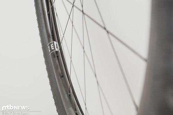 Typisch für XC-Laufräder wurde auch der Zeal Houffa 25 mit 28 Speichen und einer zweifachen Speichenkreuzung versehen