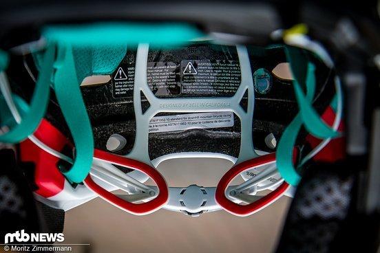 ... ist das mit Polstern ausgestattete Verstellsystem deutlich besser in den Helm integriert und komfortabler