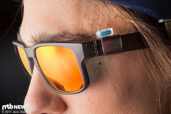 Über die Bügel der Brille wird das Gegenstück aufgezogen. Aufpassen muss man bei der Größenwahl: das Material ist zwar dehnbar, aber nicht ins unendliche.
