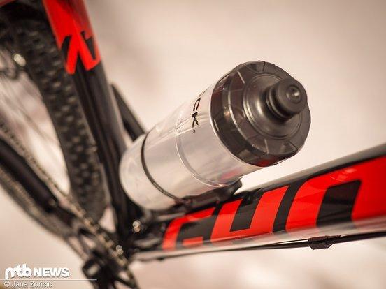 Mit am Start ist die Flasche von Fidlock – mit sinnvoller Magnetbefestigung. Demnächst auch bei uns im Test