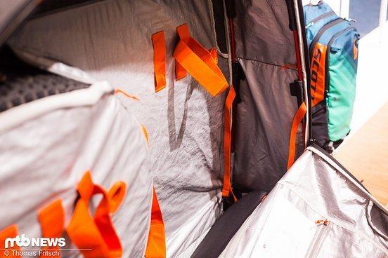 Straps zumFfixieren des Rahmens, seperate Laufradtaschen und eine zeltähnliche Verstrebung, die Zusammenklappen verhindert.