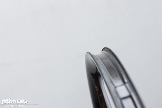 Die verstärkte und nach innen gezogene Kante soll den Rahmen zuverlässig im Felgenbett halten und Durchschlägen zuverlässig standhalten