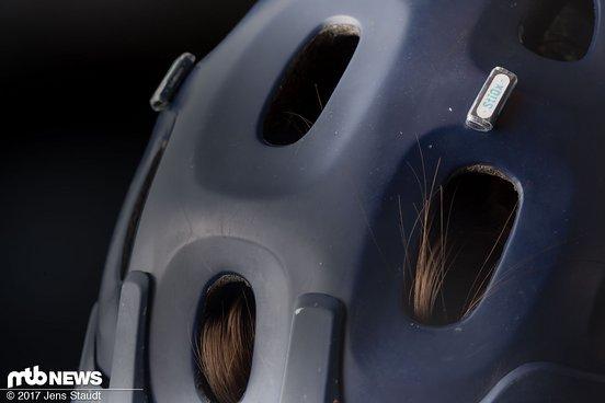 Am Helm werden die Magnete aufgeklebt. Speziell am Testhelm mussten die Magnete aber weit zurückgesetzt werden.