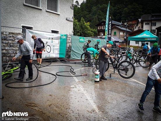 Schweizer Service #1: Wer träumt nicht davon, das Bike nach einer langen Etappe nicht selbst putzen zu müssen? Hier wird der Traum zur Realität