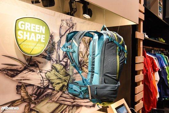 Der elastische Hüftgurt setzt außen am Rucksack an und soll so nicht nur die Hüfte umschließen ...