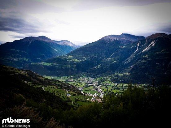 Grandiose Aussicht Nummer 2: Der lange Aufstieg zurük nach Leukerbad durch ein abgebranntes Waldstück lieferte tolle Ausblicke ins Rhône-Tal