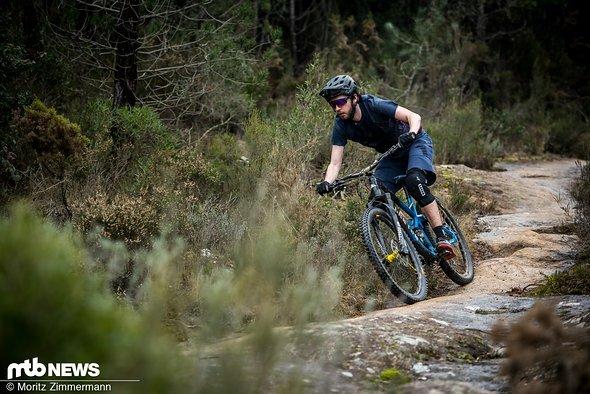 Per Knopfdruck (und Komprimierung des Hinterbaus) verwandelt es sich jedoch zurück in ein abfahrtsorientiertes Enduro-Bike, das äußerst ausgewogen auf dem Trail liegt.