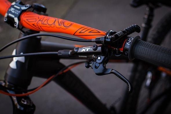 Gebrems wird mit der Shimano XT M8000 Bremsanlage, die Sattelhöhe wird mit einer RockShox Reverb mit 170 mm Verstellweg reguliert