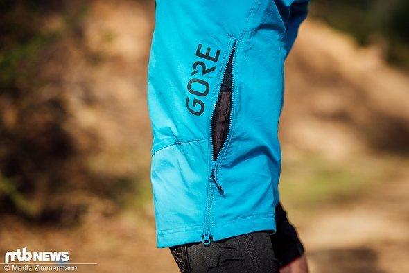 Im Gegensatz zum Trikot ist der Stoff der Gore-Hose sehr fest. Ein langer Reißverschluss sorgt jedoch für Anpassbarkeit.