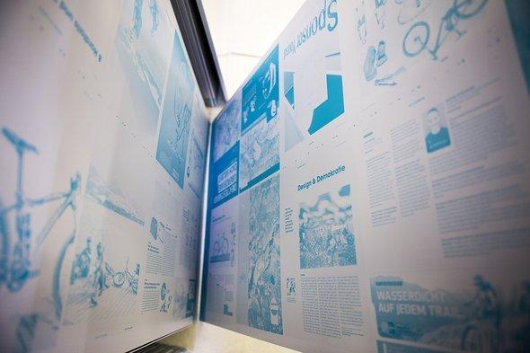 """Die Druckplatten für den zweiten Druckbogen. """"Design & Demokratie"""" ist Hoshis Yoshidas Überschrift für seine erste Kolumne."""