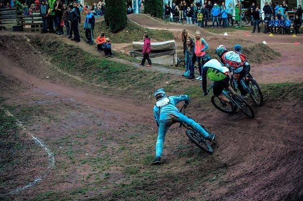 Große Action in der ersten Kurve in Wolfach