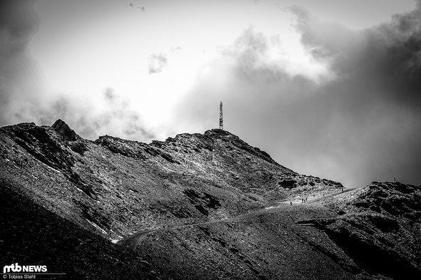 Gipfel und Schotterpiste