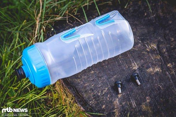 Zwei Plastikpins, zwei Schrauben und die Flasche