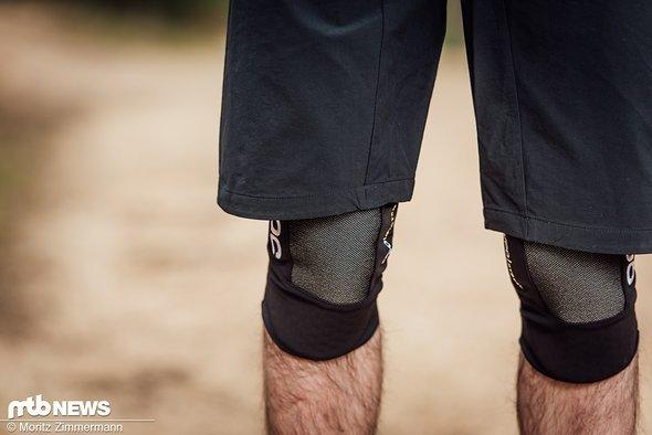 Die POC-Short lässt sich problemlos mit Knieschonern tragen, fällt allerdings nicht extrem lang aus.