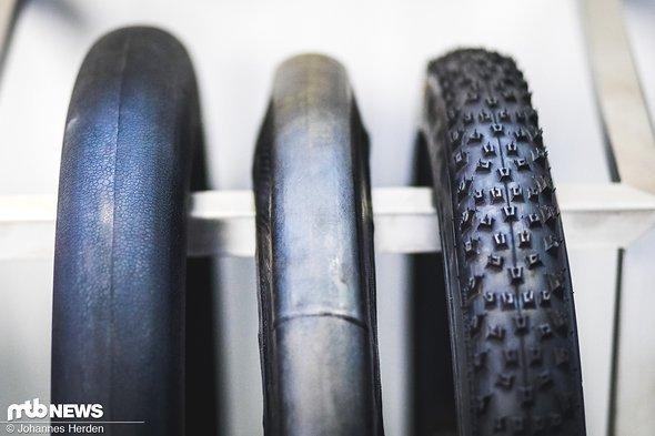 """Der """"Green Tire"""" wird auf einen Airbag gespannt (links). So, wie er in der Mitte dargestellt wird, kommt er in die Mold – rechts ist der fertige Reifen nach der Vulkanisation zu sehen"""
