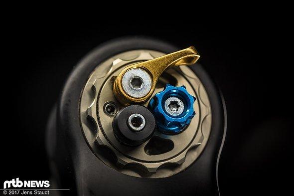 Spannender sieht es bei der Dämpfung aus: Druckstufe (blau), Lockout (gold) und Lockouthärte (schwarz) sind verstellbar.
