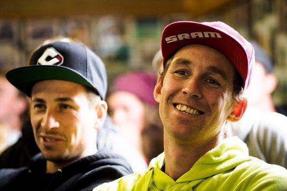 Die Frenchies Damien Oton und Jerome Clementz warten gespannt auf die Siegerehrung