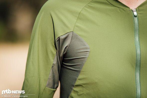 Unter den Armen befinden sich ebenfalls luftdurchlässige Mesh-Einsätze. Während das Trikot am Torso eher eng anliegt, sind die Ärmel auffällig lang und weit geschnitten.