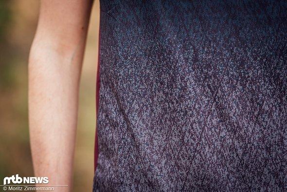 Dank des lockeren Schnitts und flexiblen Stoffs trägt sich das ION Traze-Trikot sehr angenehm.