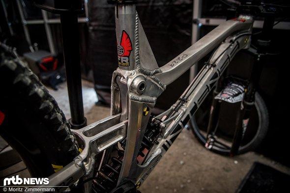 Nach dem Saisonauftakt in Lourdes inklusive starkem Quali-Ergebnis des Syndicates ist klar: Jedes Team braucht einen 29er! Intense hat diesen wild aussehenden Aluminium-Prototypen im Gepäck …
