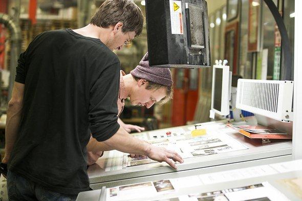 Letzte Feineinstellungen beim Druck – Kontrolle von Proof und ersten Auswürfen.