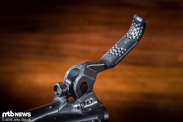 Ein Muster am Carbon-Bremshebel soll für guten Halt der Finger sorgen. Neben der werkzeugfreien Hebelweitenverstellung lässt sich die Bremskraft via Servo Wave Power Adjust verstellen