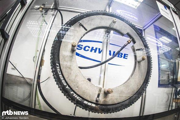 Beim Test wird ein Reifen hier auf Maximaldruck hochgepumpt – in diesem Fall ein Nobby Nic, der auf 3.7 Bar aufgepumpt werden darf