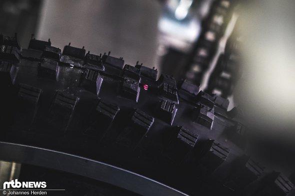 Mit einem Silberstift werden die Bereiche zwischen den Stollen markiert - der rote Laser zeigt an, wo das Fallbeil auftreffen wird