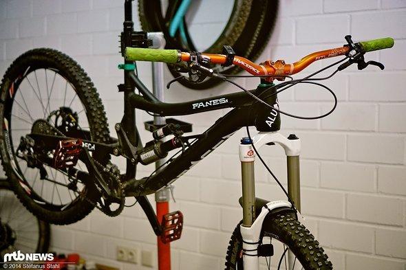 Im Nebenraum der Werkstatt hängt Christians Fanes am Montageständer. Das Hobby ist dafür verantwortlich, dass Kunden auch aus der Bike-Branche kommen