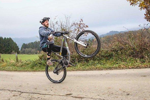Die Erfahrung des bewussten Abstiegs aus dem Wheelie nach hinten ist wichtig für den Kopf!