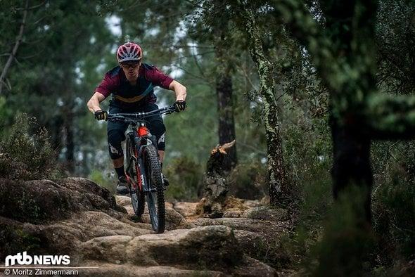 Auf steinigen Baller-Trails wie diesem, könnte man meinen, man säße auf einem Downhill-Bike …