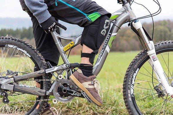"""Gerade am vorderen Fuß muss der Druck """"Sohle-gegen-Pedal"""" sehr stark sein, die Fußspitze zeigt nach unten"""