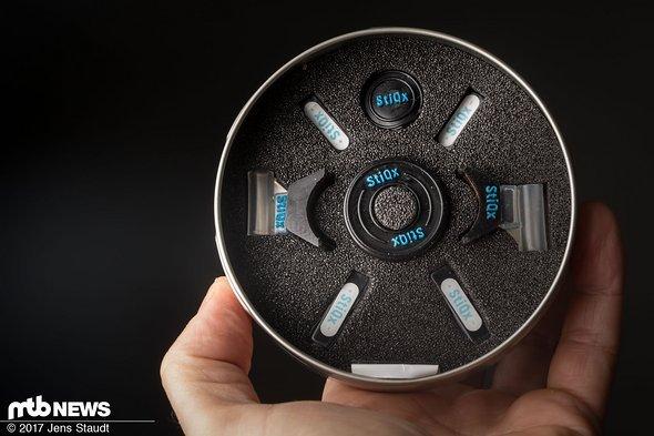 Der gesamte Lieferumfang beinhaltet mehrere Magneten und Halterungen für Brillen, Helm und Lenker.