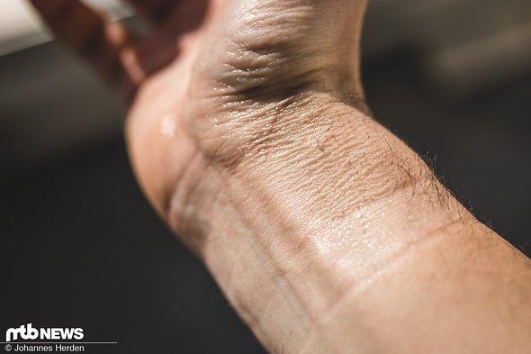...bis sie sich schließlich problemlos mit der Haut mitbewegt. Obacht bei Körperbehaarung: Spannende Haut in Verbindung mit Haaren und Goofix sorgt für Ziepen