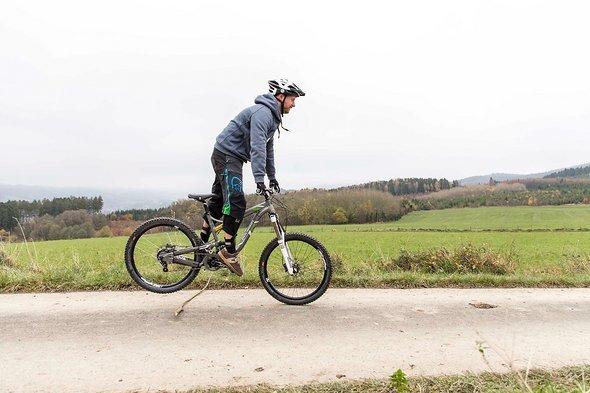 Absprungkraft aus den Beinen nutzen, Fuß-Pedal-Spannung besonders beachten!