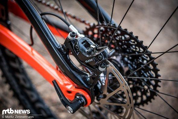SRAM Guide RS-Bremsen mit Vier-Kolben-Sätteln sorgen für die nötige Verzögerung.