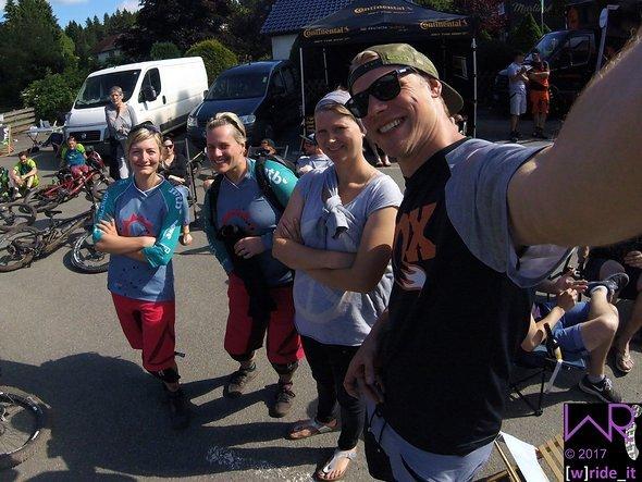 Tommy mit den Mädels von girlsridetoo auf einem Bild - eine Ehre