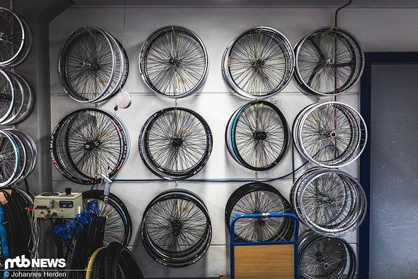 In diesem Raum werden unter anderem alle möglichen Felgen- und Reifenkombinationen getestet.