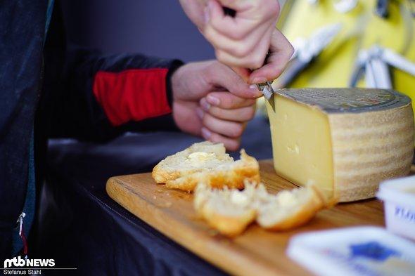 Mit dem Leatherman geht es an den frisch bereitgestellten Käse