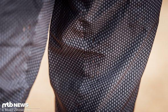 Auf der Oberschenkel-Innenseite setzt 100% auf kleine, lasergeschnittene Belüftungsöffnungen.