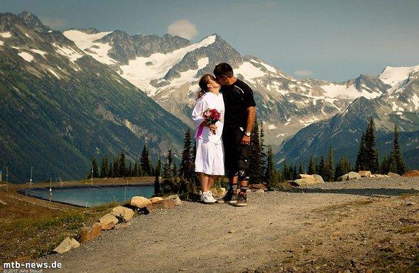 Seine Hochzeit feierte er gebührend am Traileinstieg zum Bikepark Whistler.