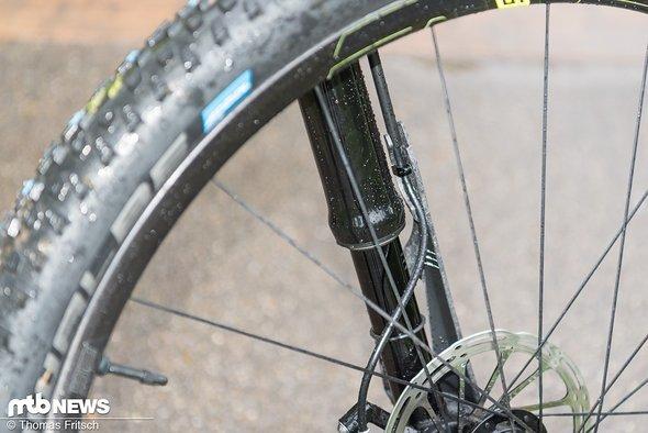 Die untere Kabelfürung hält die Bremsleitung auf fixer Position im Vergleich zum Bremssattel, da der Schutz sich beim Einfedern mitbewegt