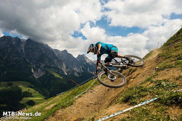 Beim Ride with the Pros in Leogang nutzt Maxi die Gelegenheit, die Bikes der schnellsten Biker im World Cup zu fahren